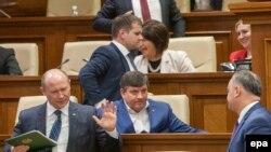 Pemierul Valeriu Streleț refuză să stea de vorbă cu liderul socialist Igor Dodon, după discursul său în Parlamentul de la Chișinău, 29 octombrie 2015