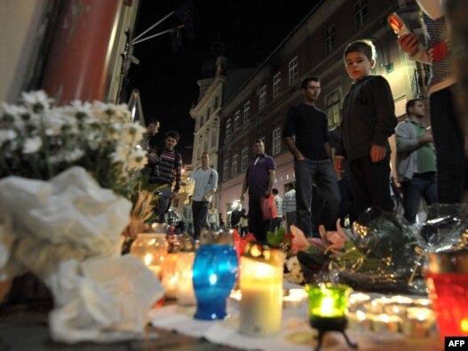 Građani BiH pale svijeće za žrtve norveške tragedije ispred Ambasade Norveške u Sarajevu,  24. jul 2011.