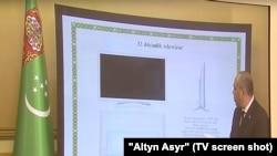 Чиновник в Туркменистане на презентации телевизоров местного производства.