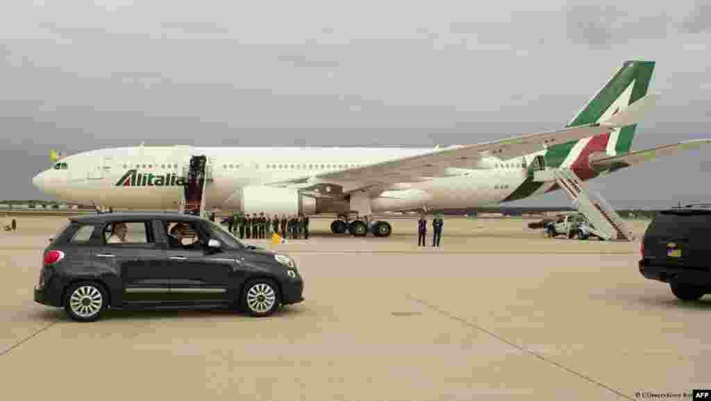 Самолёт, на котором прибыл папа Франциск и его скромный автомобиль «Фиат» на лётном поле авиабазы Эндрюс близ Вашингтона