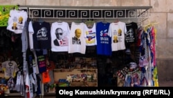 Торгівля футболками із зображеннями Володимира Путіна в Криму
