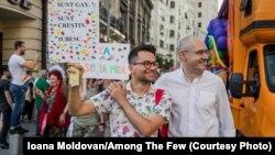 Viktor Ćobotaru (na slici levo) i Florin Buhućanu na gej prajdu održanom u Bukureštu u junu.
