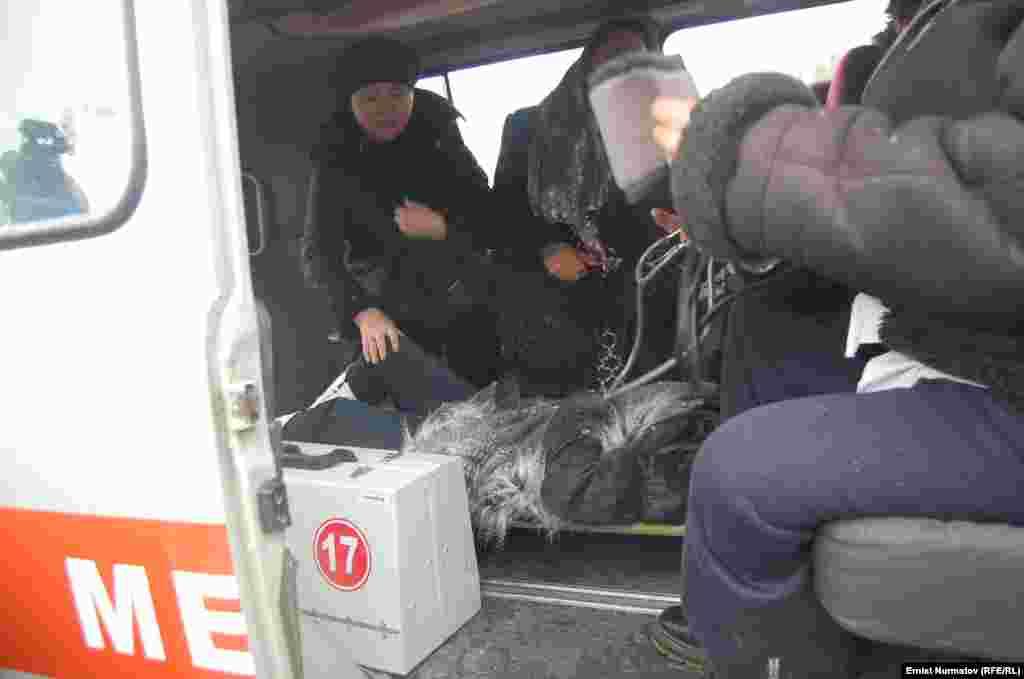 Карета скорой помощи увозит пострадавших в городскую больницу.