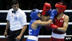 Türkmenistanly boks emini Işanguly Meretnyýazov (çepde) ýaponiýaly bokusçy Satoşi Şimizunyň (sagda) we azerbaýjanly atlet Magomed Abdulhamidowyň (merkezde) bäsleşigini synlaýar.