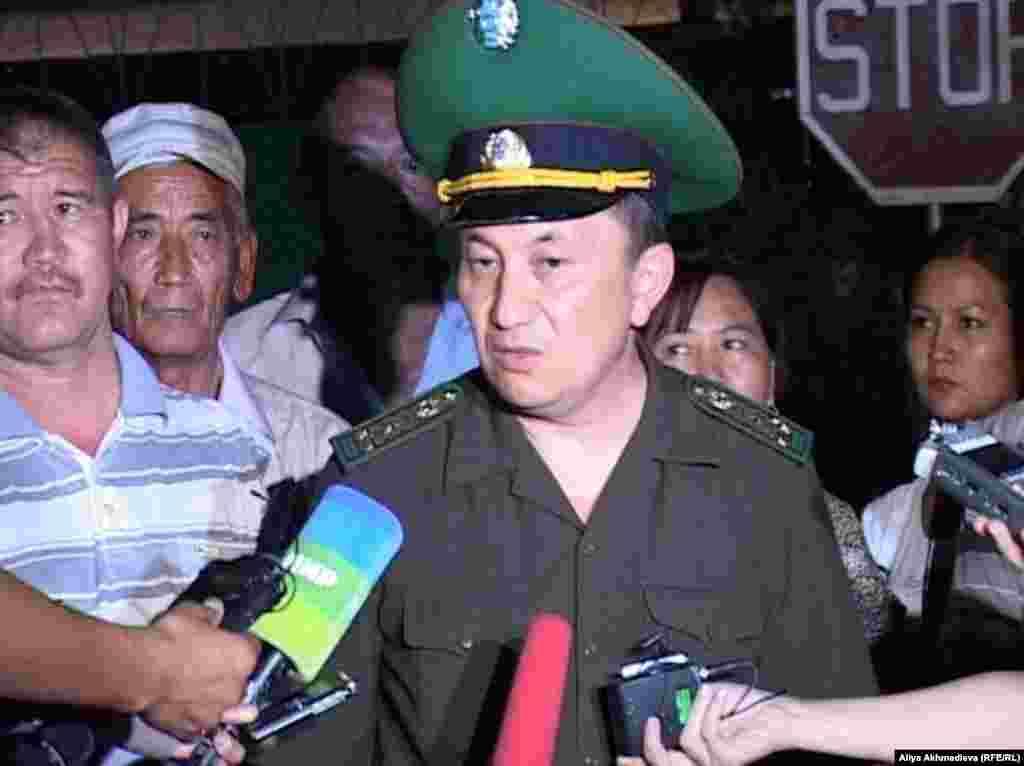 25 декабря разбился самолет АН-72 пограничной службы Казахстана, направлявшиеся из Астаны в Шымкент. Погибли семь членов экипажа, 20 военнослужащих, в том числе полковник Турганбек Стамбеков (на фото), временно исполняющий обязанности главы погранслужбы КНБ.
