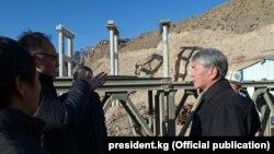 """Мурдагы президент Алмазбек Атамбаев """"Түндүк-түштүк"""" альтернативдүү жолунунун курулушу менен таанышуу учурунда. 2017-жыл"""