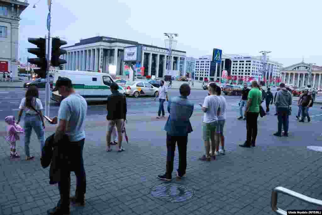 Чарга на Кастрычніцкай плошчы ў Менску