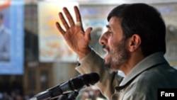 رييس جمهور ي ايران همچنين «برخی گروه ها» را متهم به «ايجاد فشار عليه طرح های اقتصادی دولت برای ايجاد يک تورم هفتاد درصدی» متهم کرد. (عکس از فارس)