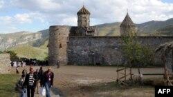 Армения -- Туристы в Татевском монастыре
