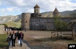 Древний монастырь в Армении на фоне гор.