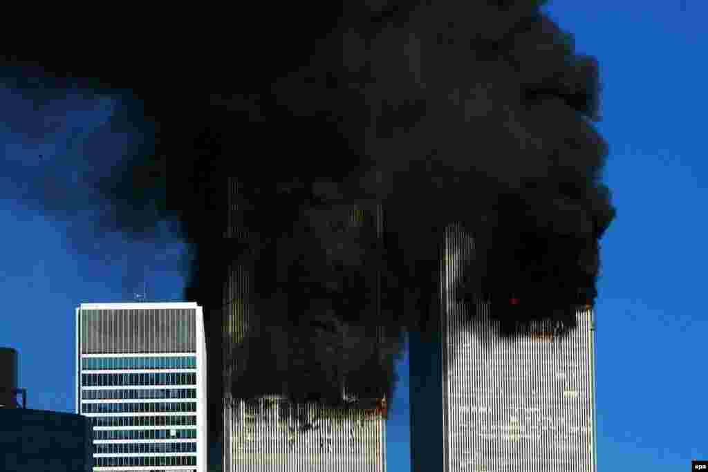 Горящие башни-близнецы стали для многих символом президентства Буша, которое до этой трагедии выглядело безликим. Нью-Йорк, 11 сентября 2001