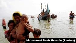 Refugjatë duke kaluar nga Mianmari në Bangladesh.