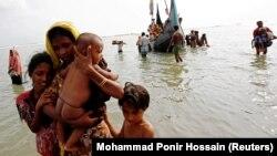Бангладешга қочаётган рохинжа мусулмонлари оиласи.