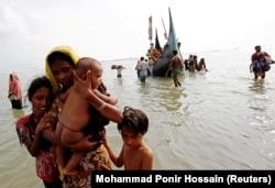 Беженцы из Мьянмы сходят на берег вблизи города Кокс-Базар, 5 сентября 2017 года
