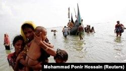 آوارگان روهینگیایی میانمار در حال وارد شدن به بنگلادش.