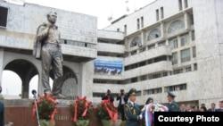 Памятник Чингизу Айтматову в Бишкеке.