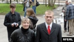 Перад пачаткам суду. Сяргей Каваленка з маці спадарыняй Лідзіяй