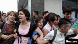 Активисты ЛГБТ-сообщества протестуют перед зданием Думы России, где обсуждают законопроект о запрете пропаганды гомосексуализма. Москва, 11 июня 2013 года.