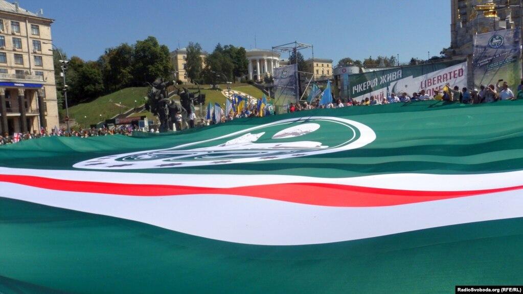 Об'єднатися задля перемоги над Росією: найбільший прапор Ічкерії розгорнули уКиєві