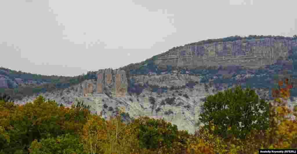 Скала Еды-Кардаш (Семь Братьев) над автодорогой Куйбышево-Высокое