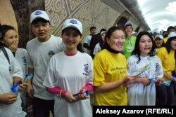 Участники студенческой акции в метро. Алматы, 25 января 2013 года.