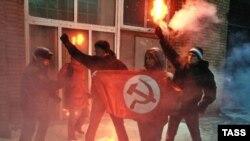 В руках нацболов появились флаги и зажженные фальшфейеры, а в воздух полетели листовки с требованием освободить политзаключенных: «Долой тюремный беспредел! Свободу политзаключенным!»
