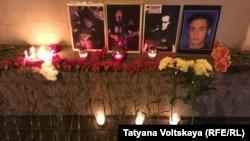 Цветы и свечи на месте убийства Тимура Качаравы