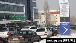 Автомобили рядом с отделениями коммерческих банков в Алматы.