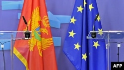 Знамињата на Црна Гора и на ЕУ.