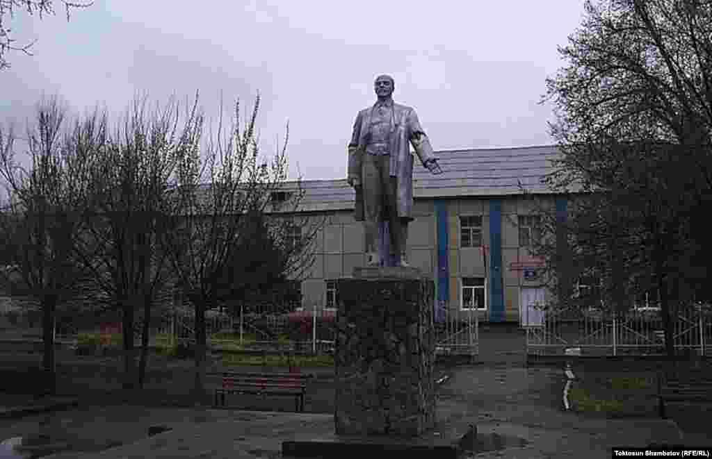Нарын. Памятник Ленину был установлен в 1972 году перед зданием местной областной администрации