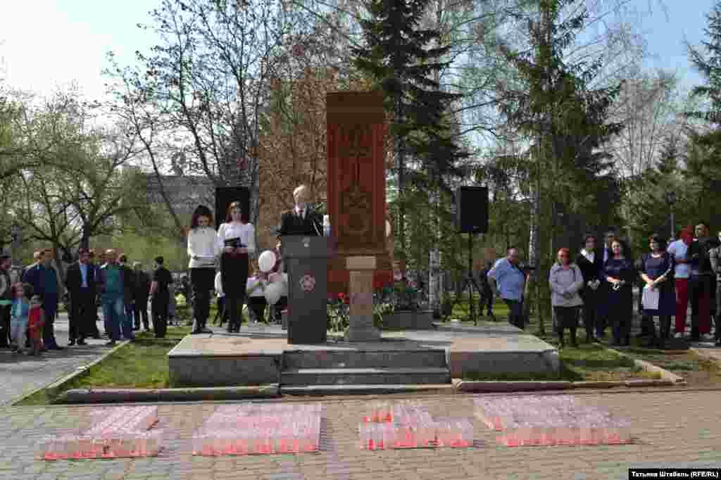 """Памятный митинг в Новосибирске всегда проходит возле монумента """"Хачкар"""". Так называют традиционный для Армении вид архитектурного памятника или святыни с резным изображением креста, буквально – """"крест-камень""""."""