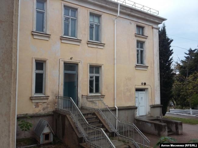 Корпус севастопольской больницы, где лечат пациентов с подозрением на COVID-19