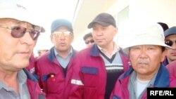 «Жылыоймұнайгаз» кәсіпорнының жұмысшылары. Прорва кеніші, Атырау облысы, 18 сәуір 2010 жыл.