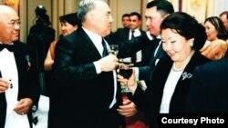 Солдон оңго: Рахат Алиевдин атасы Мухтар Алиев, президент Нурсултан Назарбаев, Рахат Алиев жана Сара Назарбаева