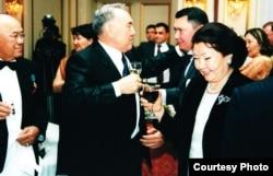 Президент Казахстана Нурсултан Назарбаев (в центре) говорит со своим зятем Рахатом Алиевым. Справа - его жена Сара Назарбаева, слева - Мухтар Алиев, отец Рахата Алиева.
