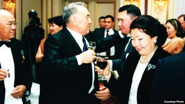 Слева направо: Мухтар Алиев — отец Рахата Алиева, президент Казахстана Нурсултан Назарбаев, его зять Рахат Алиев и супруга президента Сара Назарбаева.