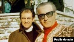 Ардешир Захеди (сол жақта) және Иран шахы Мұхаммед Риза Пехлеви