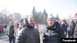 Вадим Востров (справа) на экологическом митинге в Красноярске