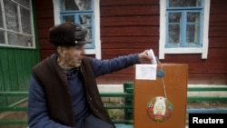 Belarus sakini səs verir.