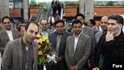 کامران نجفزاده (چپ) در بازگشت از فرانسه در فرودگاه امام خمینی تهران