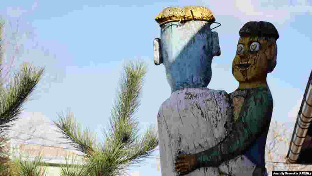 «Солодка парочка» на набережній. Скульптуру вирізали зі стовбура сухого дерева