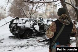 На місці підриву машини замкомандира так званої «Народної міліції» угруповання «ЛНР», в якому звинувачують військовополонених. Фото «ЛуганськІнформЦентр»