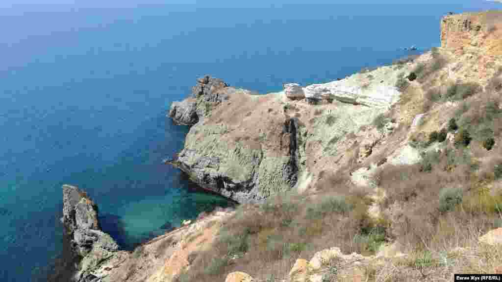 Зліва від мису Лермонтова – невеликий пляж, зараз він порожній