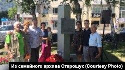 Родственники Василия Старощука у памятной стелы. 2003 год