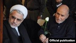 بهزاد نبوی (راست) روز شنبه در منزل خود پذیرای شماری از شخصیت های سیاسی از جمله عبدالله نوری بود.