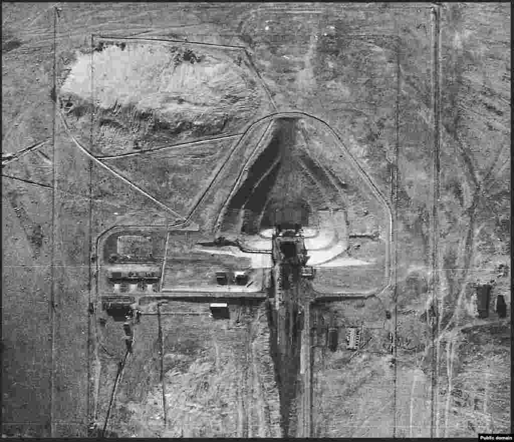 Шпионская фотография с воздуха. Американский самолет сделал ее в 1957 году, то есть через два года после того, как объект, изначально предназначавшийся для испытаний ракет дальнего радиуса действия, был переоборудован в стартовую площадку для запуска в космос. Так началась космическая гонка между СССР и США.
