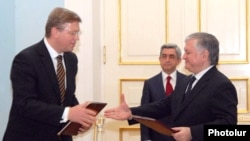 Armenia -- Foreign Minister Edward Nalbandian (R) and EU Enlargement Commissioner Stefan Fuele sign a joint declaration in Yerevan, 29Apr2011.