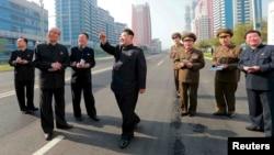 کیم جونگاون، رهبر کره شمالی (وسط تصویر) در خیابانی در پیونگیانگ