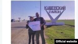 Нина Соловьева и Виктор Чириков с плакатом в поддержку Дарьи Полюдовой