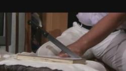Бизнесмен отрезает себе палец